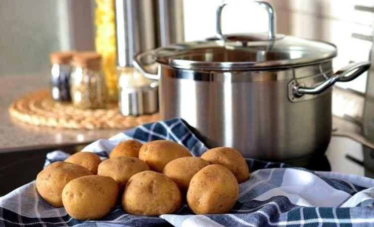 Taglia patate metà