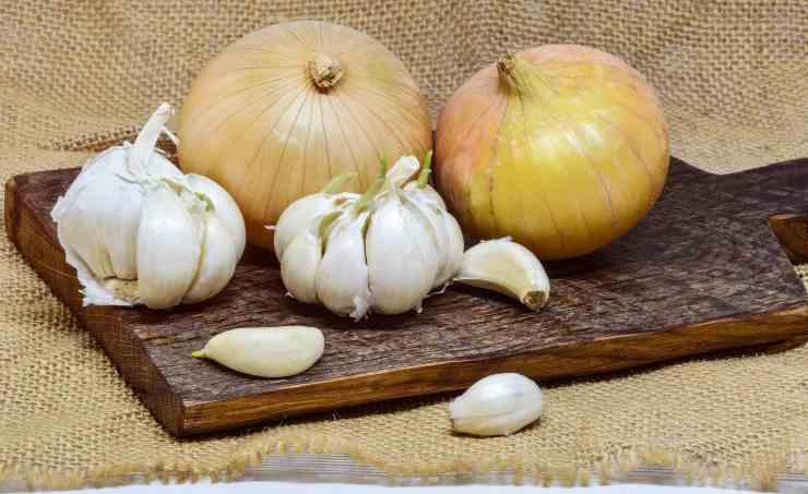eliminare il cattivo odore di aglio e cipolla dalle mani