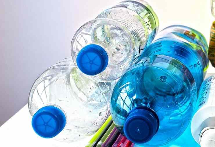 riutilizzare le bottiglie di plastica